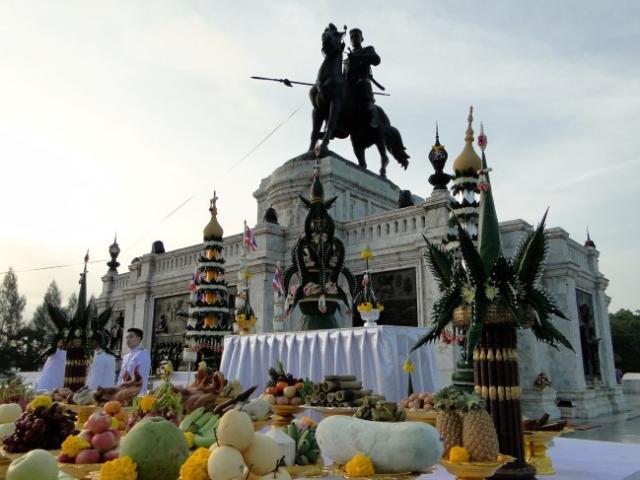 """พิธีถวายเครื่องราชสักการะเนื่องใน """"วันยุทธหัตถีสมเด็จพระนเรศวรมหาราช"""" ประจำปี 2559   ณ พระบรมราชานุสาวรีย์สมเด็จพระนเรศวรมหาราช  บริเวณทุ่งภูเขาทอง"""
